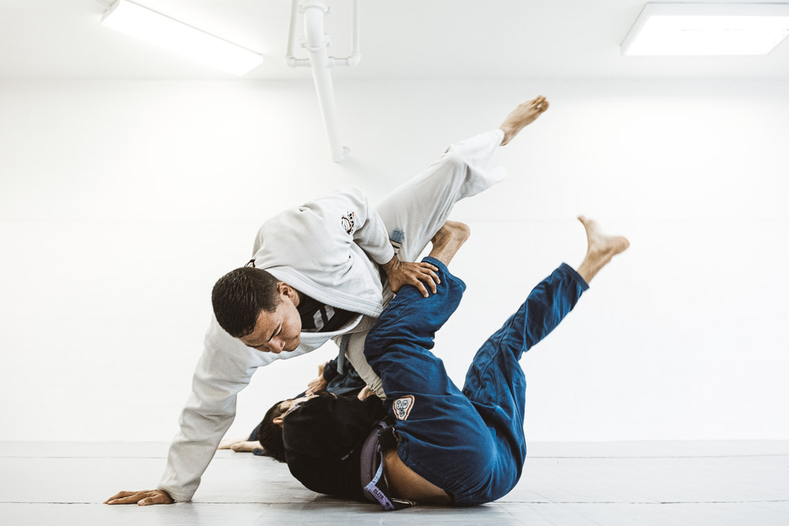 jiu jitsu practitioner passing guard